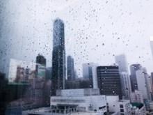 雨天城市玻璃背景图片