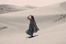 一个人行走在沙漠图片