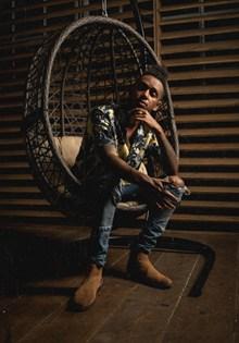 黑人帅哥室内写真精美图片
