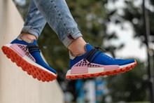 蓝色运动鞋配裤子高清图片