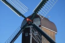 木头风车近景精美图片