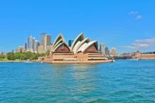 蓝天下悉尼歌剧院图片