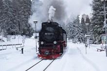 冬天行驶蒸汽机车高清图