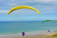 海边滑翔伞降落高清图
