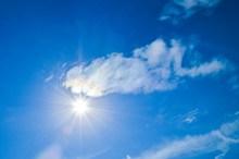 蓝天太阳光照射图片下载