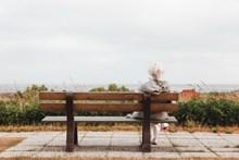 老人等待孤单背影图片