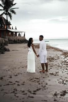 情侣沙滩背影高清图片