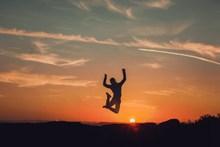 黄昏男人跳跃剪影精美图片