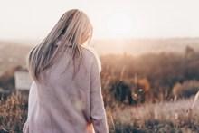 阳光灿烂美女背影高清图片
