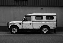 白色吉普改装车高清图片