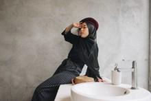 头巾美女室内写真高清图