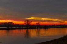 河面日落风景图片