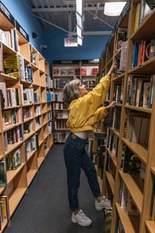 图书馆里美女图片素材