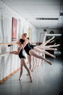 芭蕾舞者拉筋图片大全