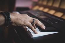 弹钢琴手位置图片素材