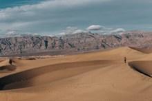 行走沙漠风景图片
