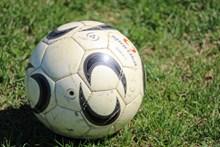 白色旧足球高清图片
