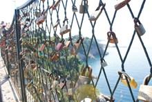 篱笆上挂锁高清图片