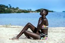 黑人美女海边比基尼图片素材