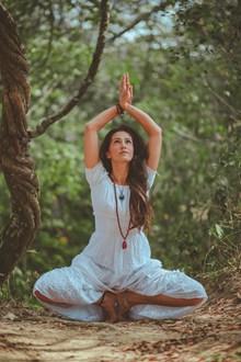户外练瑜伽美女高清图
