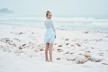 海岸沙滩美女背影高清图片