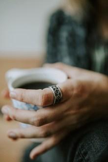 女人手捧咖啡图片下载