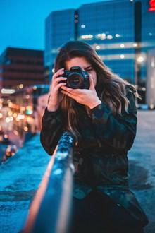 文艺美女摄影师精美图片