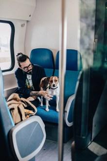 男人与狗车厢合照图片下载