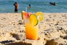 海滩上鸡尾酒图片素材
