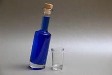 一瓶蓝色鸡尾酒精美图片