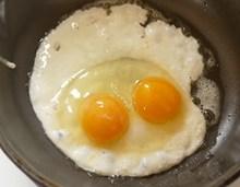 双蛋黄煎蛋图片大全