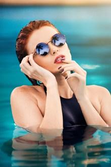 游泳池里美女图片素材
