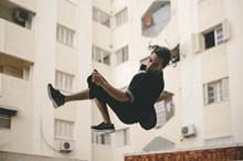 男人跳跃姿势悬浮拍摄图片素材