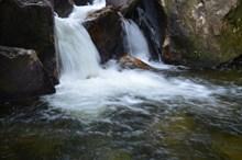 岩石瀑布水潭图片下载