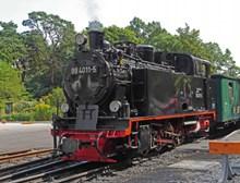 复古蒸汽机车前行图片