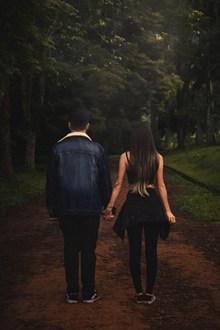 情侣浪漫牵手背影图片