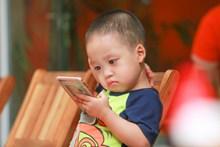 小孩子看手机图片素材