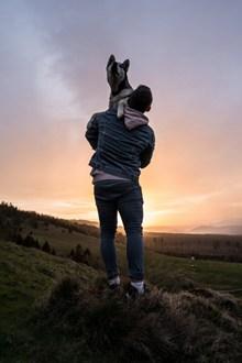 人与狗合照背影图片