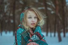 寒冷冬季美女头像图片