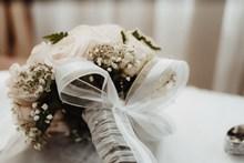 白玫瑰手捧花精美图片
