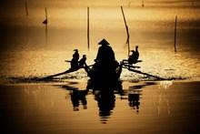 渔民划船剪影高清图片