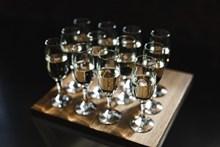 整齊排放葡萄酒杯圖片