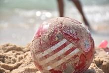 沙滩上排球图片素材