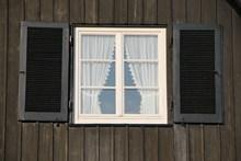 白色木窗高清图片