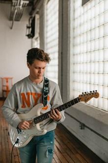 弹电吉他的男孩图片素材
