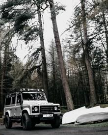 白色户外吉普车高清图