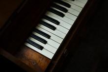 复古钢琴琴键图片