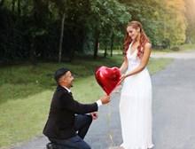 求婚姿势婚纱照图片