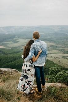 山頂情侶背影圖片