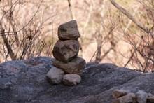 山上堆叠岩石高清图片